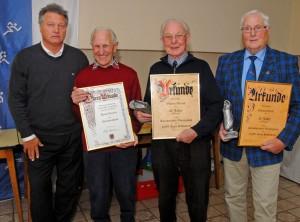 Ehrungen bei der Hildesheimer Schiedsrichtervereinigung. Von links: Vorsitzender Walter Klußmann, Horst Germer, Willi Witczak, Edmund Grefe.