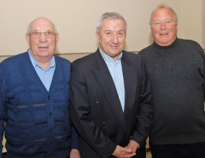 Ein freudiges Wiedersehen: Georg Gern (links) war mit Paul Nolte (rechts) oft als Linienrichter unterwegs. Nolte wiederum assistierte dem früheren FIFA- und Bundesliga-Schiri Wolf-Günter Wiesel als Linienrichter.