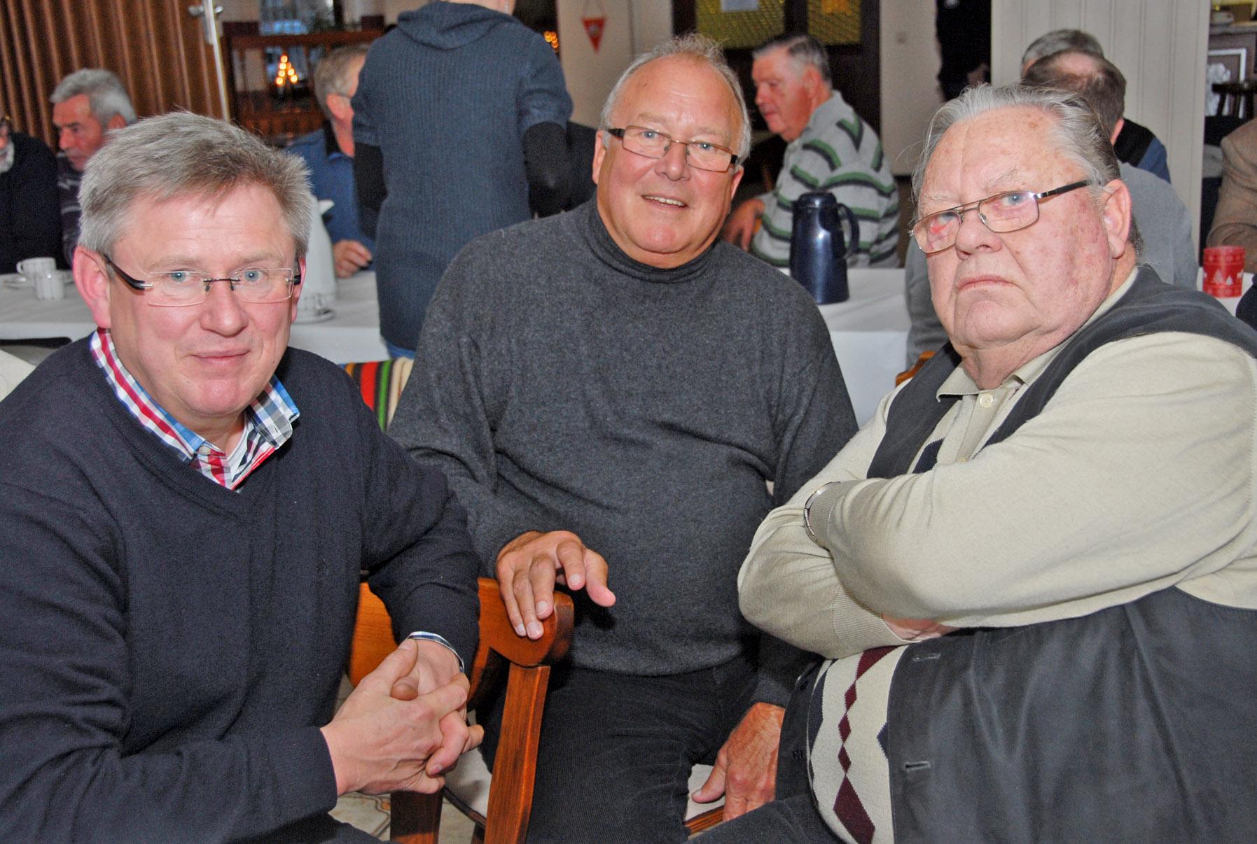 """Angeregt hatten Detlef Winter, Wolf-Günter Wiesel und Wilhelm König (von links) bei ihrem Gespräch """"König Fußball"""" auf´s Korn genommen."""