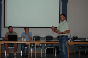Der KSO bedankte sich mit einem kleinen Geschenk für den Vortrag bei Michael Weiner.