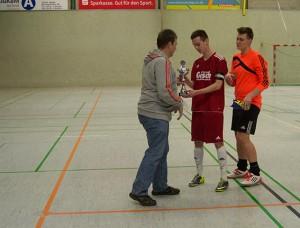 Staffelleiter Jörg Edema übergibt den Siegerpokal