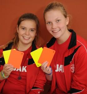 Michelle Heitmüller (rechts) und Emma Louisa Drescher hatten gut mitgemacht und haben viel Neues über die Fußballregeln erfahren.