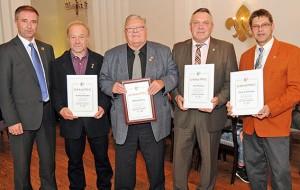 Der NFV hat langjährige aktive Schiedsrichter geehrt. Von rechts: Thomas Schmidtke, Rolf Klepping, Wilhelm König, Reinhard Klinkert, Schiedsrichterobmann Marcin Kuczera