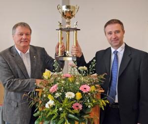 Mit Stolz präsentieren Walter Klußmann (links) und Marcin Kuczera den Fainess-Cup,  mit dem die Hildesheimer Jungschiedsrichter-Auswahl geehrt wurde.