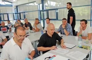 Während Miguel Rey und Sven Metze die Bögen der Regelprüfung aufs Korn nehmen stellt Florian Deckwert dieneuen Änderungen für den Spielbetrieb der Saison 2015/2016 vor.