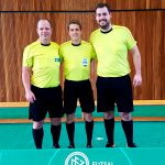 Marcus Schierbaum (Tus Hasede) und Florian Deckwert (VfB Oedelum) nehmen beim Landesauswahlturnier 2018 in Duisburg den Schweizer FIFA-SR Marco Rothenfluh in ihre Mitte.