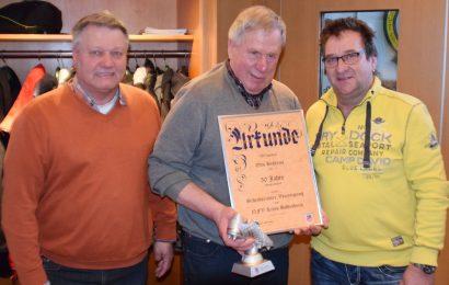 Walter Klußmann und Michael Ziegler (rechts) ehren Otto Behrens für 50-jährige Mitgliedschaft in der SR-Vereinigung.