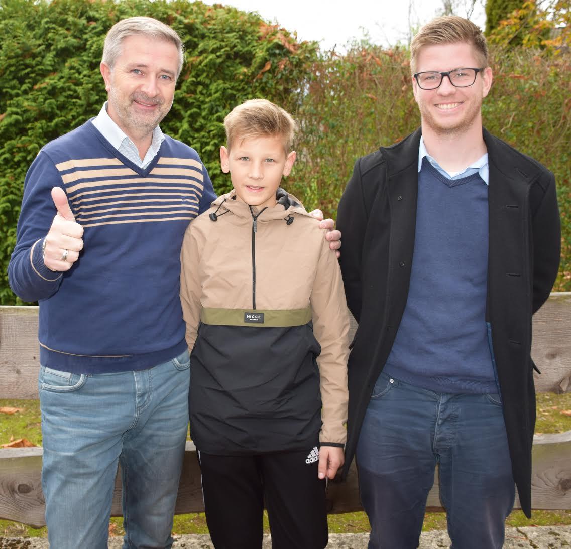 Prüfungsbester Paul Philipp Makowski eingerahmt mit KSO Marcin Kuczera und KSL Nils Schmidt