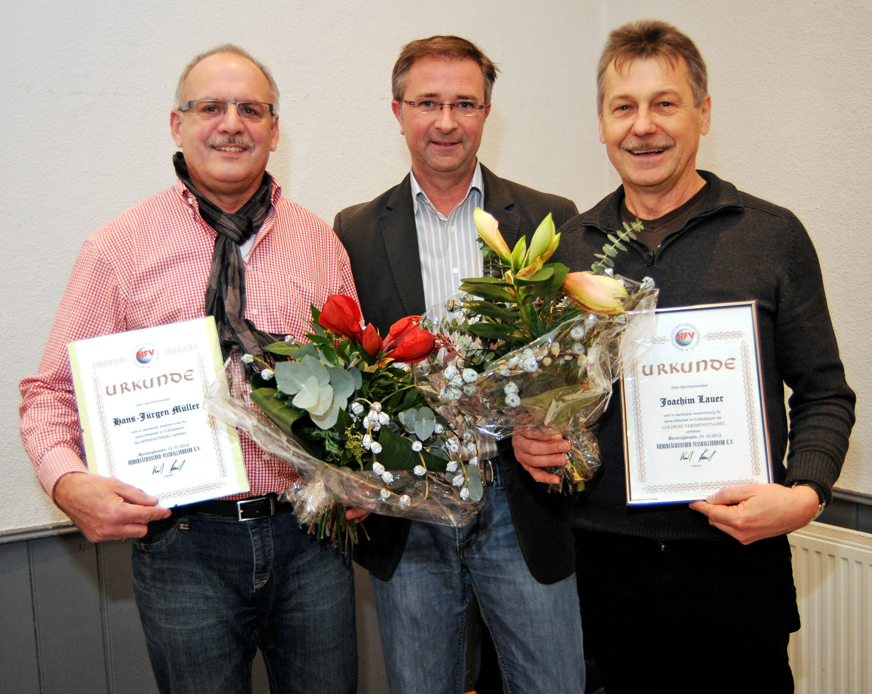 Der NFV ehrte verdiente Schiedsrichter. Von links: Hans-Jürgen Müller, Obmann Marcin Kuczera und Joachim Lauer. Foto: Neumann