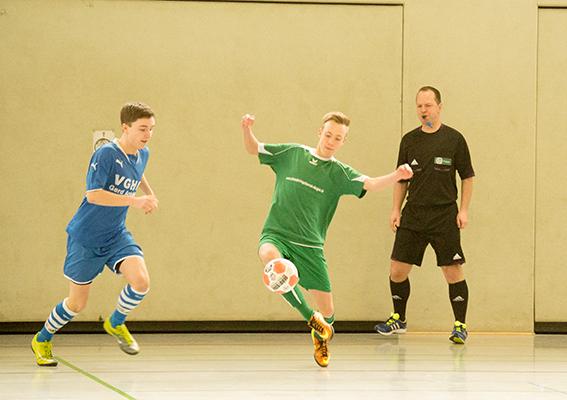 Technisch hochwertigen Futsal zeigt hier der Alfelder Spieler vor den wachsamen Augen von Schiedsrichter Marcus Schierbaum