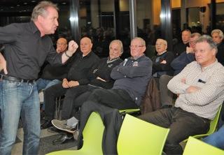 Deutliche Körpersprache und klare Ansage, der DFB-Schiedsrichter-Lehrwart Lutz Wagner ein brillianter Redner.