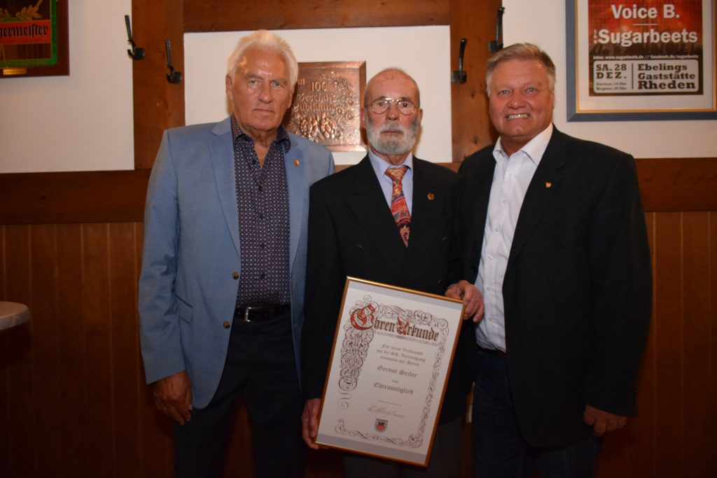 Ehrenvorsitzender Horst Becher und 1. Vorsitzender Walter Klußmann rahmen das neue Ehrenmitglied Gernot Seiler ein