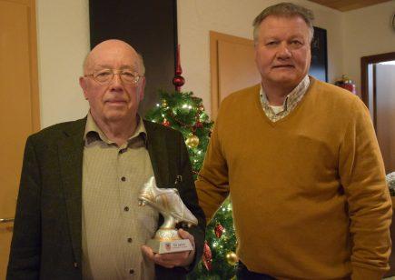 Heinrich Jörren mit dem silbernen Schuh der Schiedsrichtervereinigung für 50 Jahre Mitgliedschaft, Walter Klußmann