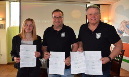 Anastasija Bykanov als Los-Fee mit dem Orga-Team der SR-Vereinigung Hildesheim, Michael Ziegler und Walter Klußmann