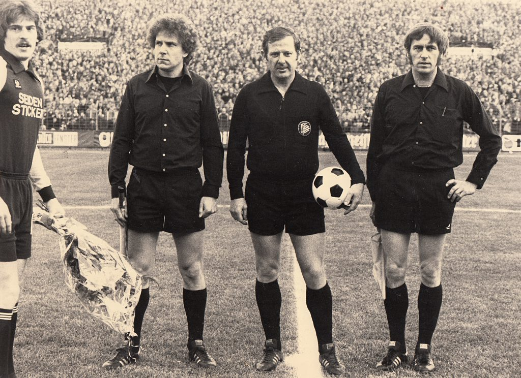 Lang ist es her: Horst Becher (rechts) im Gespann mit dem FIFA-Referee Walter Horstmann und Wilfried Aben. Sie leiteten die Begegnung Arminia Bielefeld gegen SC Herford (5:1) im Jahre 1979. Ganz links: Arminia-Torhüter Uli Stein.